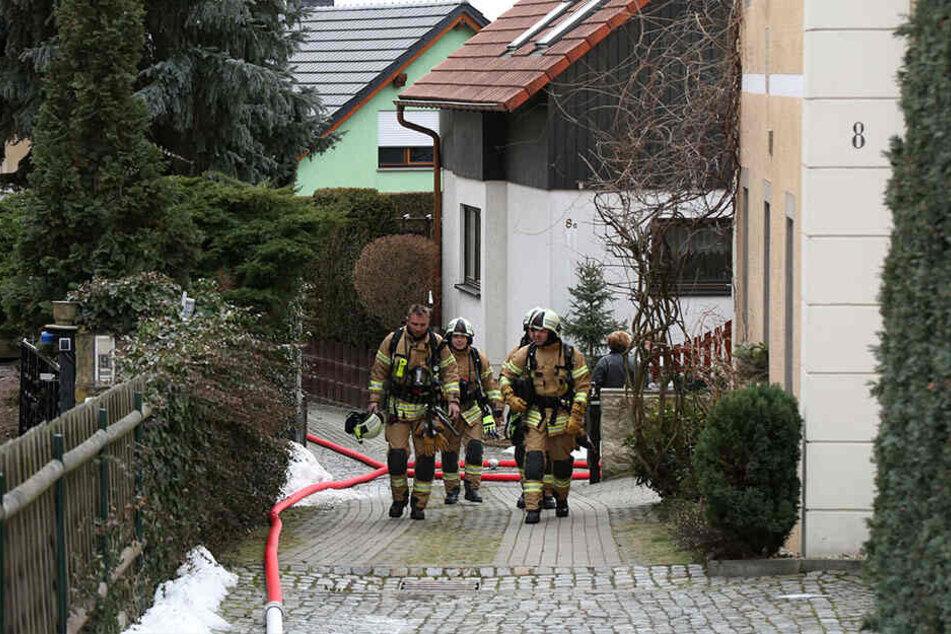 Die Kameraden der Freiwilligen Feuerwehr Freital konnten ein Übergreifen der Flammen auf das Dach verhindern.
