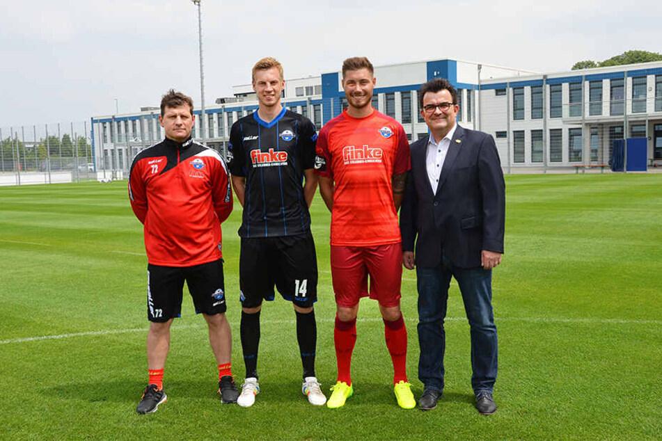 Starker Trikotsponsor (v.l.): Cheftrainer Steffen Baumgart, Thomas Bertels, Christian Strohdiek und Geschäftsführer Martin Hornberger.
