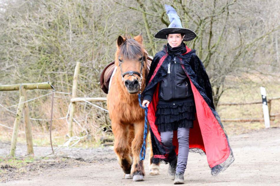 Reitschul-Chefin Claudia Bosert (24) mit Pferd Fury.