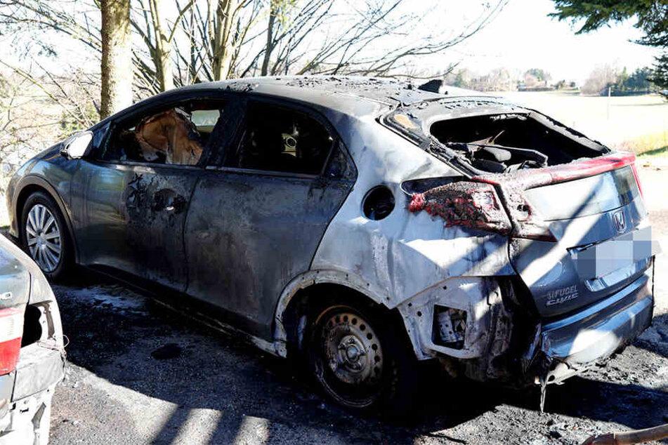 Die Flammen griffen noch auf einen Honda über.