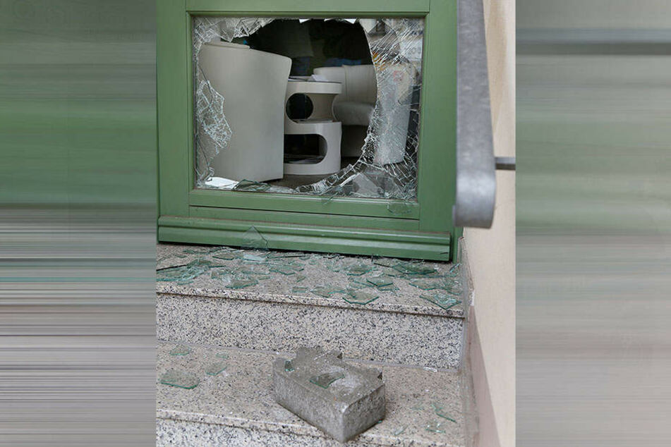 Die Täter haben die Scheibe der Eingangstür eingeschlagen, um ins Innere zu gelangen.