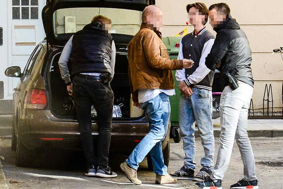 Die Staatsanwaltschaft Detmold hat im Oktober Haftbefehl gegen Dominik P. (2. v. r.) erlassen.