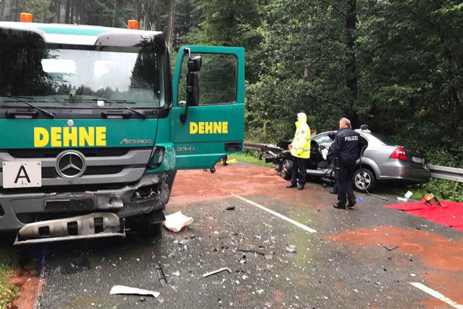 Der Müllwagen und der Mercedes krachten ineinander.