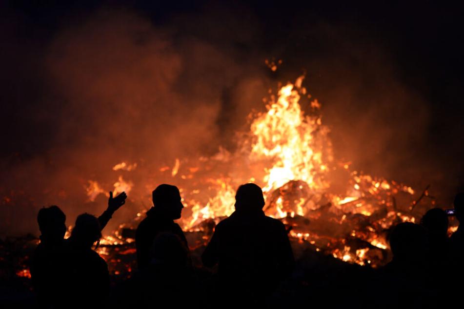 Menschen stehen an einem Osterfeuer in Seeburg (Brandenburg) bei Berlin. (2014)