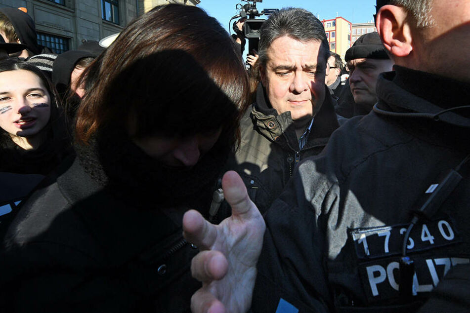 Sigmar Gabriel bei Kundgebung von linken Demonstranten bedrängt