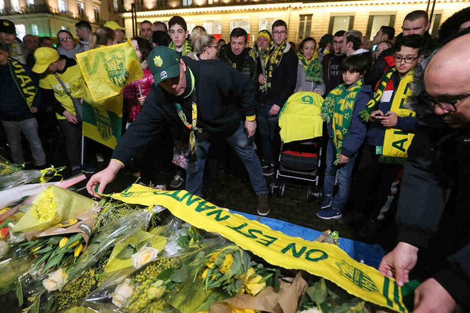 Die Fans des französischen Fußball-Erstligisten FC Nantes versammelten sich, um dem 28-jährigen Argentinier zu gedenken.
