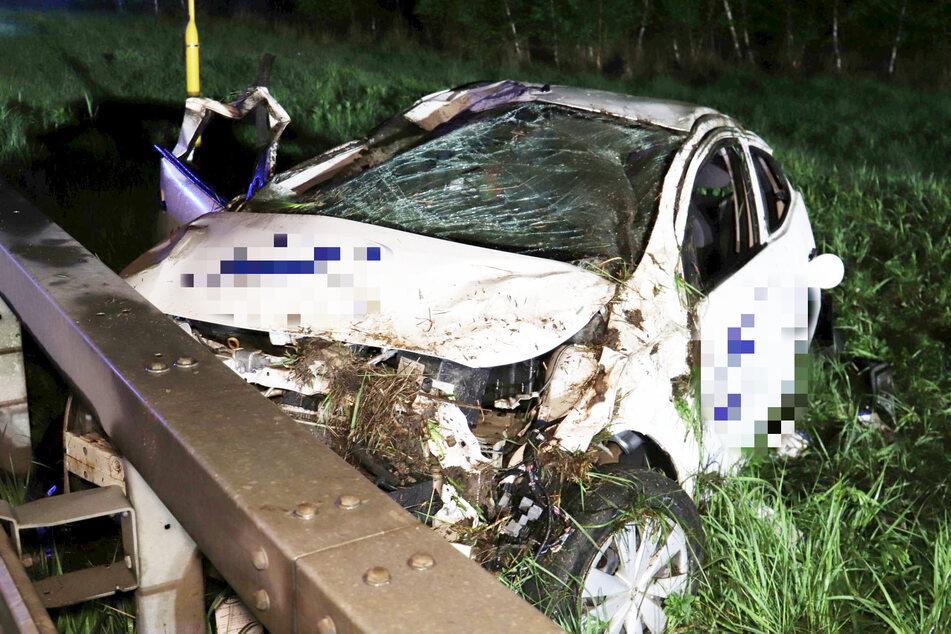 Das Pflegedienst-Auto wurde von dem Lkw voll erwischt, überschlug sich in der Folge und blieb im Seitenstreifen liegen.