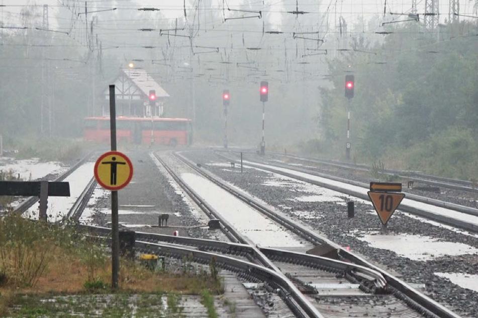 Die Zugstrecke wurde teilweise unterspült.
