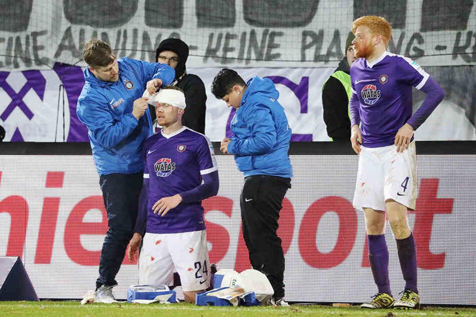 Die beiden Verletzten mussten am Spielfeldrand verarztet werden.