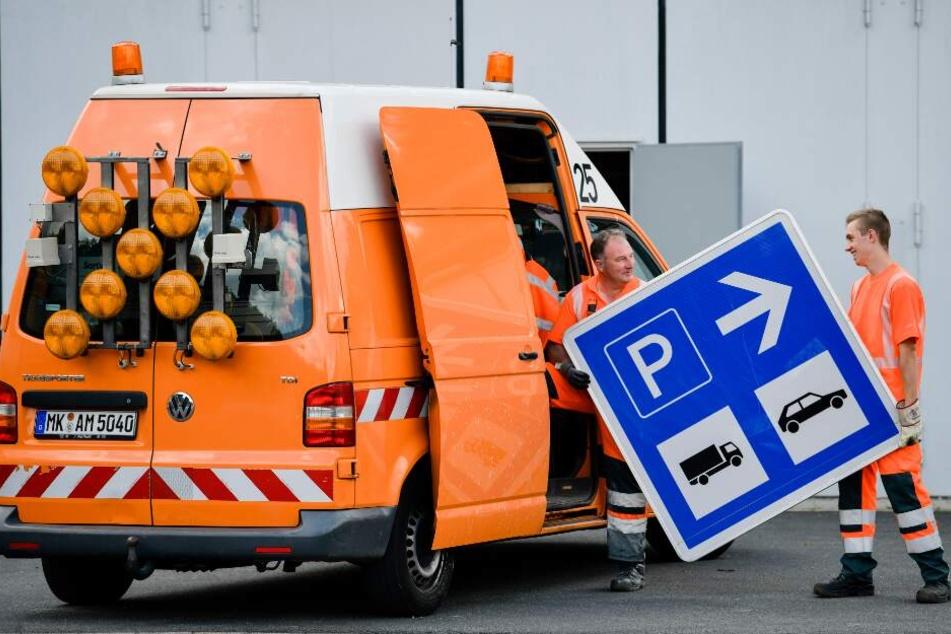 Der Lkw krachte in einen Wagen der Autobahnmeisterei. (Symbolbild)