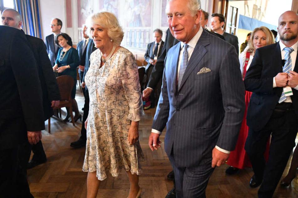 Der britische Thronfolger Prinz Charles und seine Ehefrau Camilla kommen zu einem Seniorentanz ins Hofbräuhaus.