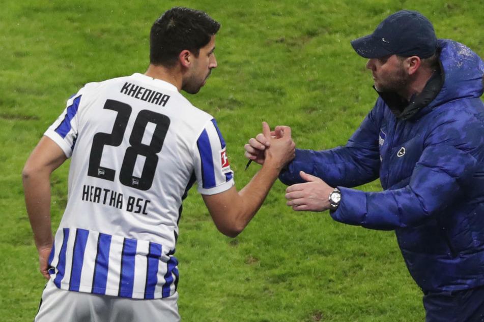 Hertha-Coach Pal Dardai (44, r.) will im dritten Anlauf nach seiner Rückkehr auf die Trainerbank im Spiel beim VfB Stuttgart erstmals punkten und könnte dabei Rückkehrer Sami Khedira (33) zu seinem 100. Bundesligaspiel verhelfen.