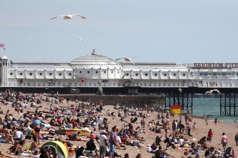 Brighton: Die Menschen genießen das Wetter am Strand am Brighton Palace Pier.