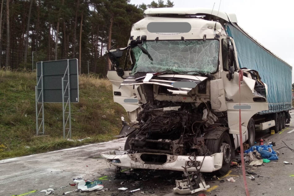 In Fahrerkabine eingeklemmt! Sattelzugfahrer bei Unfall auf A2 schwer verletzt