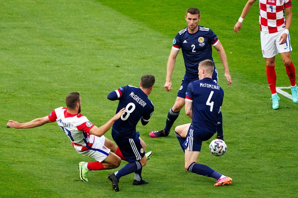 Ein herrliches Tor mit der ersten Chance: Nikola Vlasic (l.) schießt Kroatien artistisch mit 1:0 gegen Schottland in Führung.
