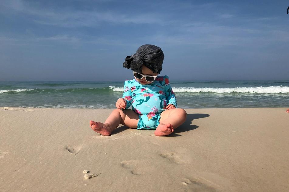 Babys sollten im ersten Lebensjahr die pralle Sonne komplett meiden.
