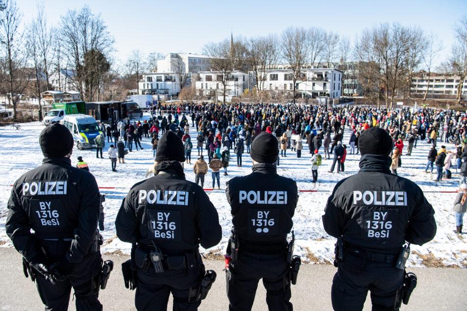 """Polizisten beobachten die Versammlung mit dem Thema """"Wir klären auf - gegen überzogene Corona-Maßnahmen der Regierung""""."""