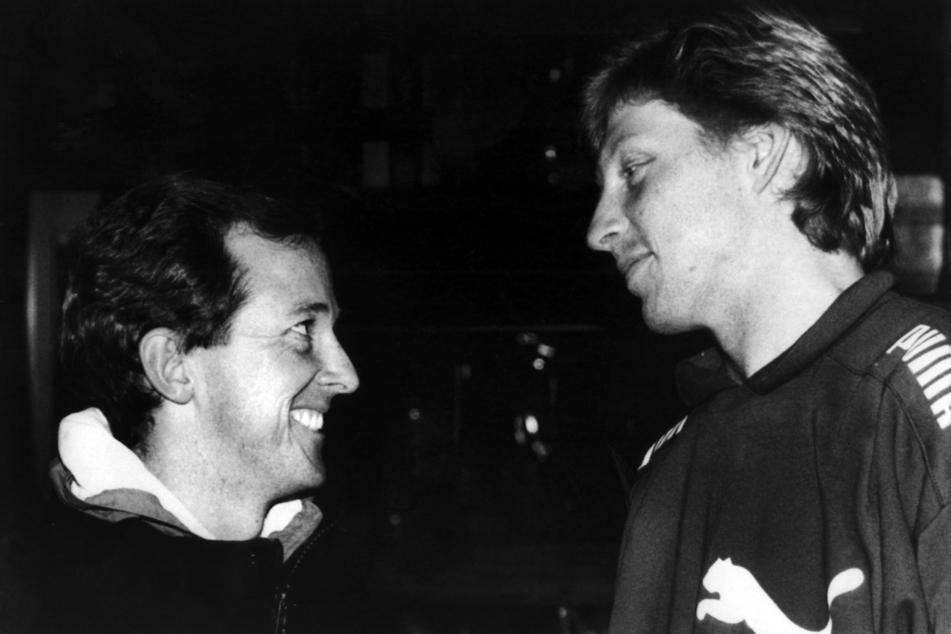 Bob Brett (l), damaliger Tennistrainer, und Boris Becker, Tennisspieler, geben eine Pressekonferenz.