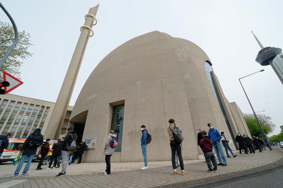 Der Andrang bei der Impfaktion in einer großen Kölner Moschee ist auch am Sonntag groß gewesen. Der erste Geimpfte war bereits gegen 4 Uhr morgens vor Ort.