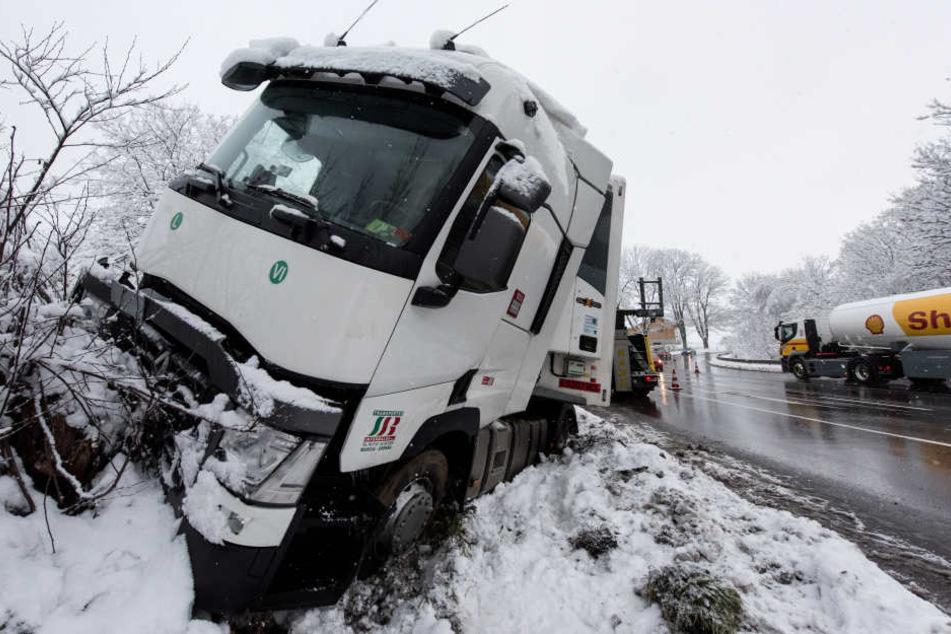 Ein Lkw ist durch die Eisglätte von der Straße gekommen.