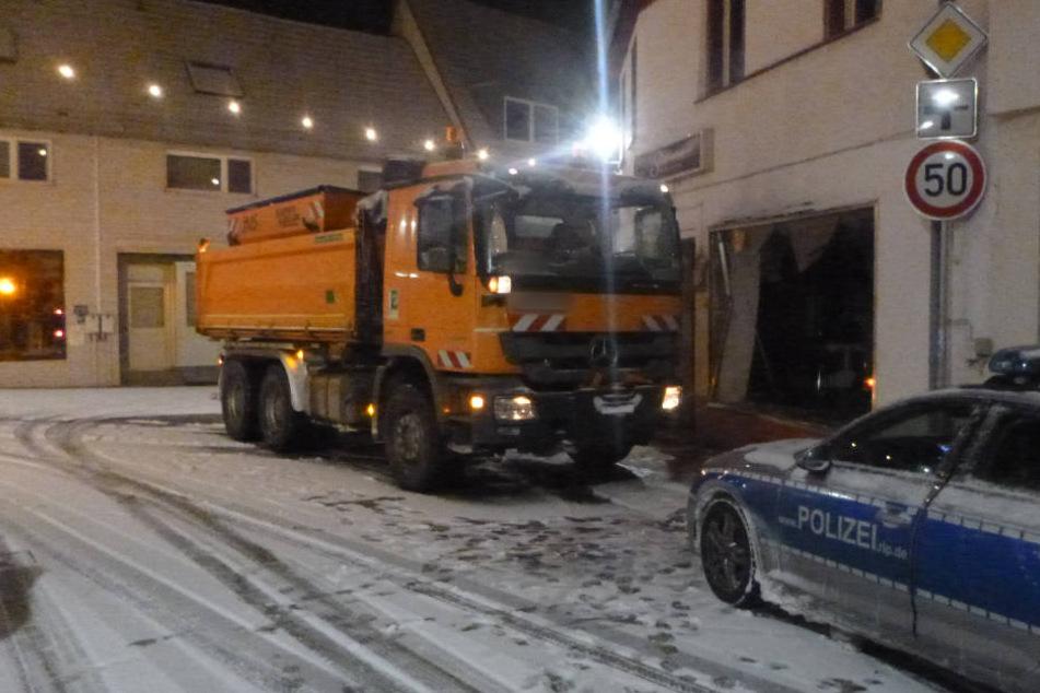 Wegen Schnee und Glätte! Streufahrzeug gerät ins Rutschen und kracht in Shisha-Bar