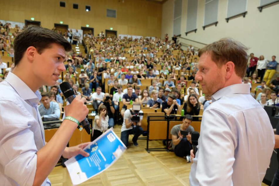 Noah Wehn, Sprecher des sächsischen Landesschülerrates, im Gespräch mit Sachsens Ministerpräsident Michael Kretschmer.
