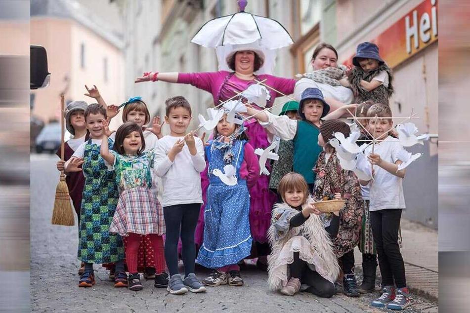 Kinder haben Spaß beim Märchenfilmfestival - hier eine Kitagruppe 2017.