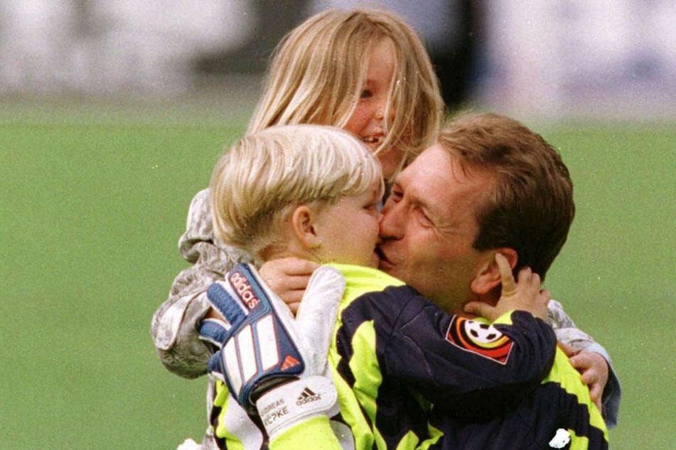 Pascal als Dreijähriger mit Schwester Carolin und Papa Andreas. Das Küsschen bekam der Papa, weil er mit Nürnberg die Bayern 2:0 geschlagen hat.