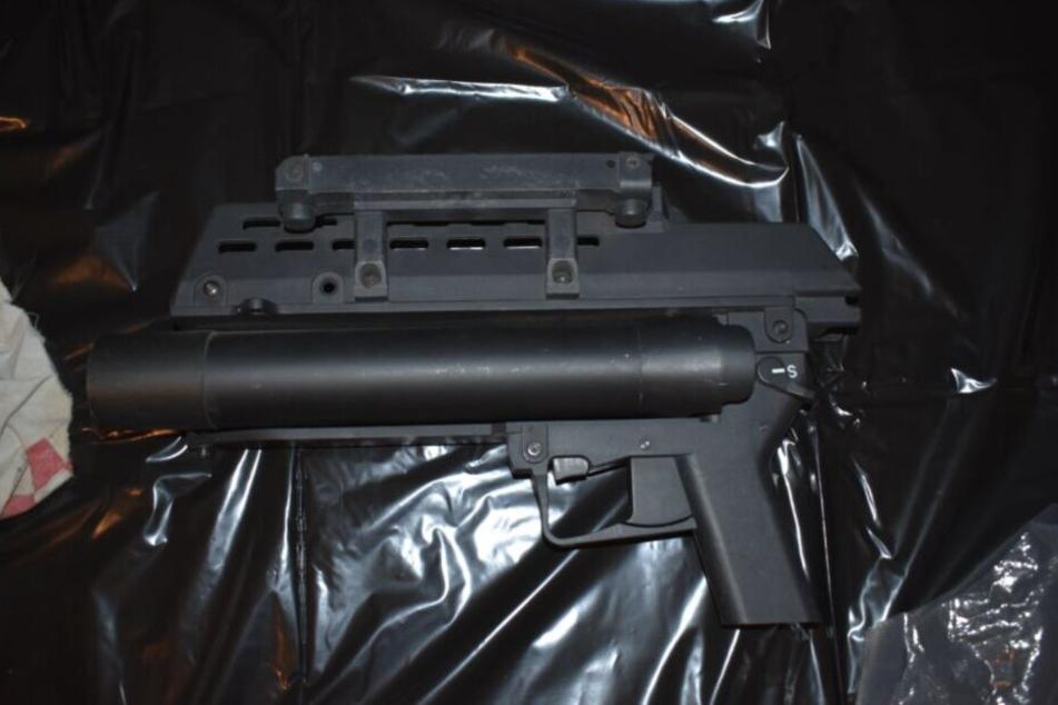 Granatwerfer, Sturmgewehre und jede Menge Drogen: Das fanden die Einsatzkräfte des SEK im Juni.
