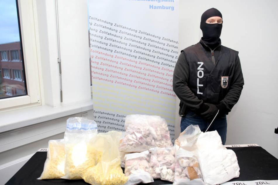 Die beschlagnahmten Drogen und Amphetamine wurden von der Polizei beschützt.