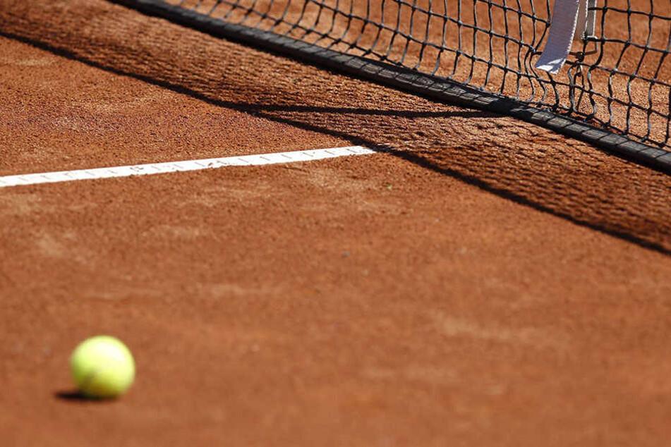In Bayern bedrohte ein Mann Tennis spielende Kinder.