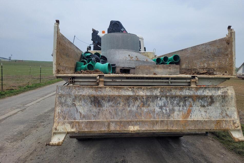 Etwa eine Stunde benötigte der Lasterfahrer um die Ladung richtig zu sichern.