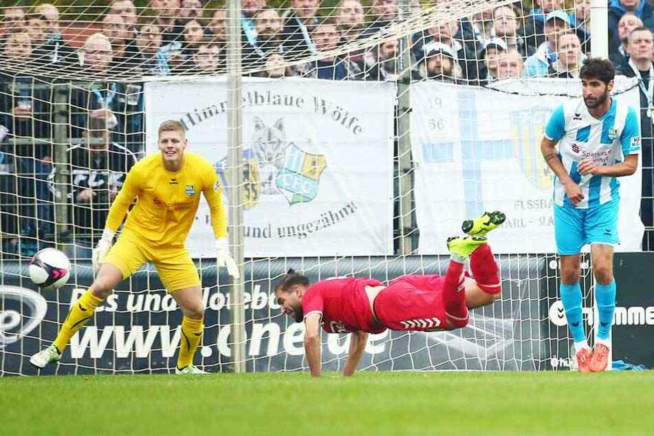 Jakub Jakubov (l.) im Kasten des Chemnitzer FC. Diesen Kopfball des Meuselwitzers Romario Hajrulla krallt sich der Schlussmann.
