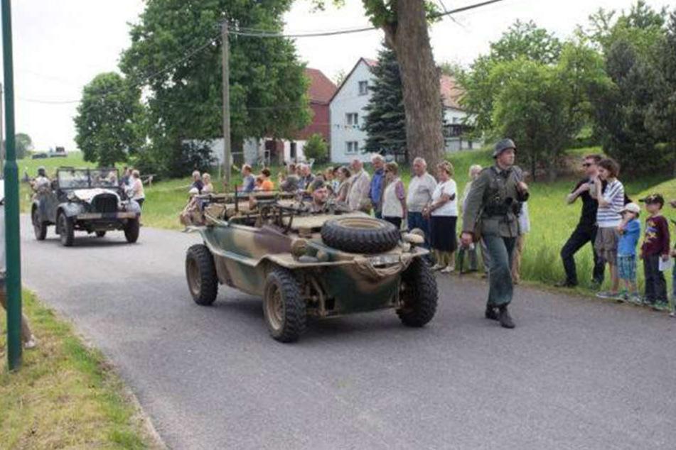 Mit tarnfarbenen Fahrzeugen und Maschinengewehrattrappen zog der Verein im Mai durch Colmnitz.