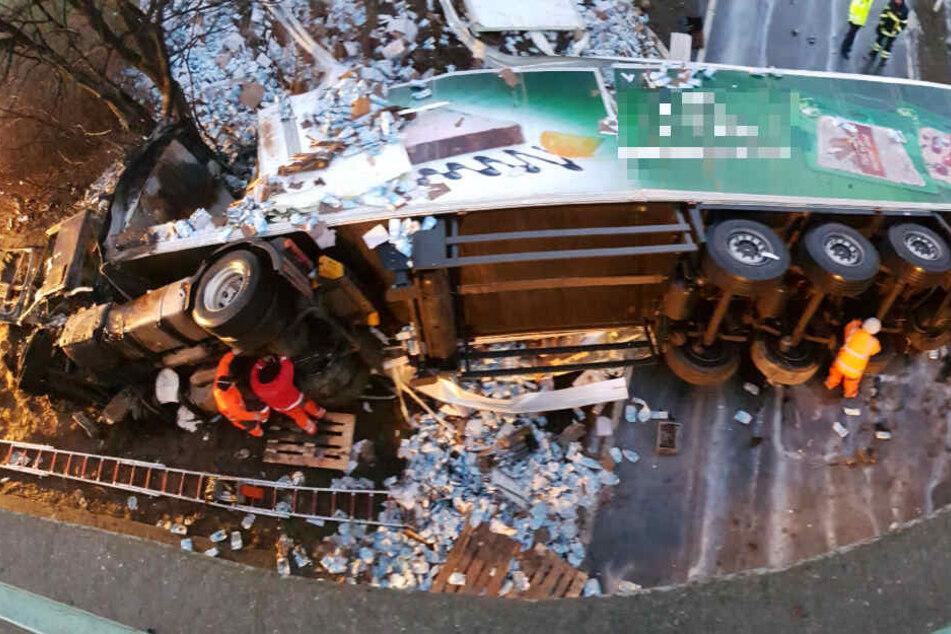 Der Laster war von einer Autobahnbrücke gefallen.