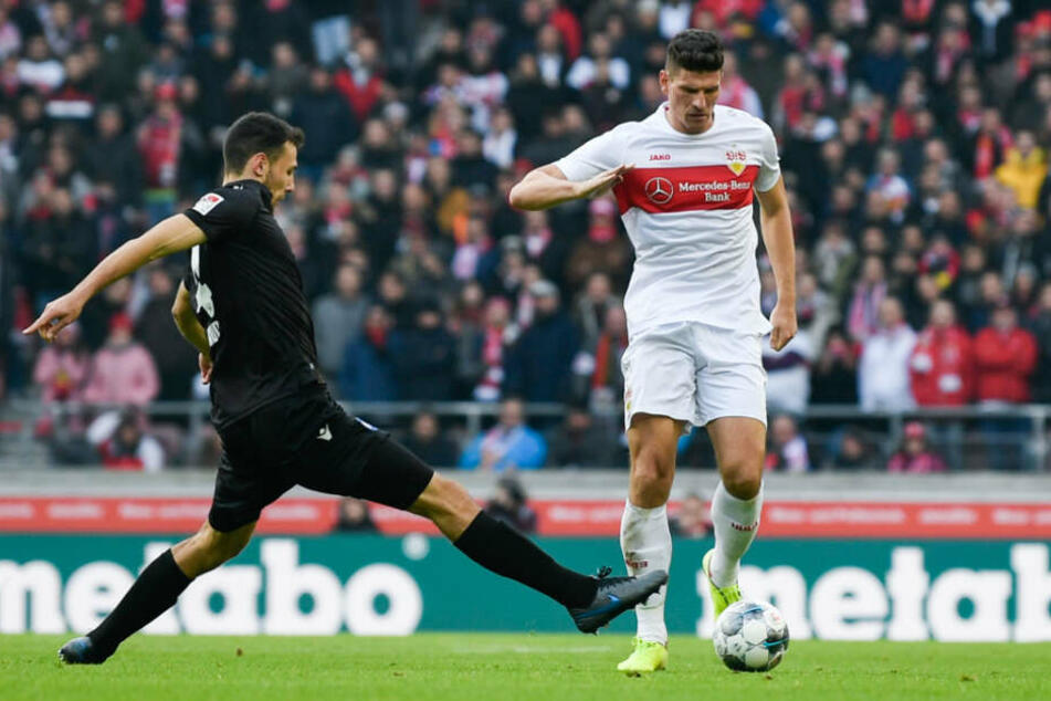 Lukas Fröde (l) vom Karlsruher SC in Aktion gegen Mario Gomez (r) vom VfB Stuttgart.