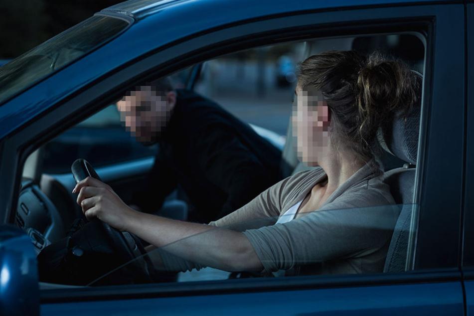 Der Mann hat versucht in die Autos der Frauen zu gelangen (Symbolbild).