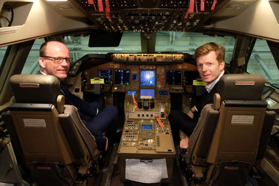 Sachsens Finanzminister Matthias Haß (l., CDU) und Götz Ahmelmann, Vorstandsvorsitzender der Mitteldeutschen Flughafen AG, setzten sich am Flughafen Leipzig-Halle ins Cockpit einer Transportmaschine vom Typ Boeing 747-8.