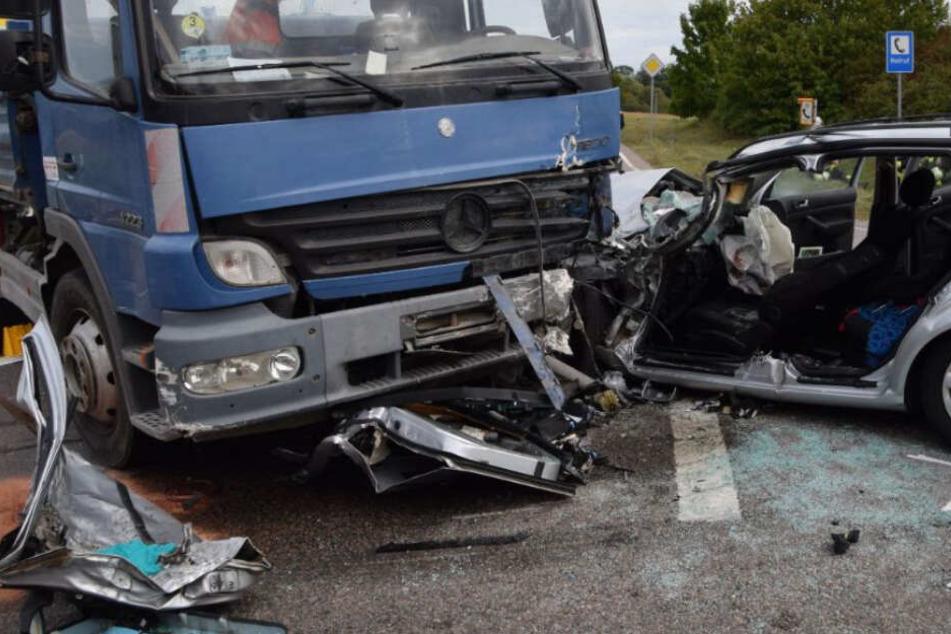 An Bord des Autos waren eine Frau und zwei Kinder. Die 32-Jährige kam lebensgefährlich verletzt in eine Klinik.