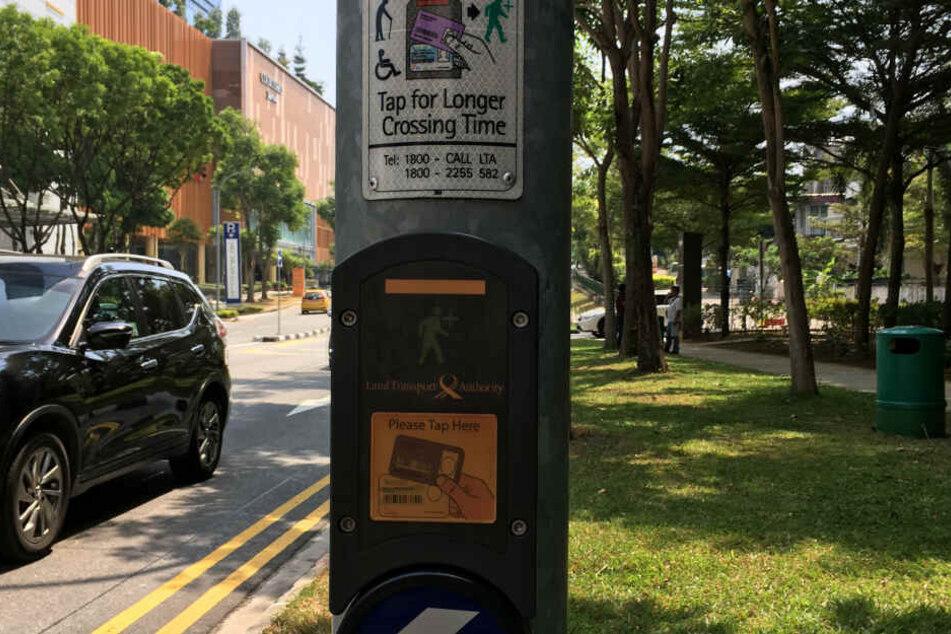 """Fußgängerampel mit dem """"Green Man Plus"""" in Singapur."""