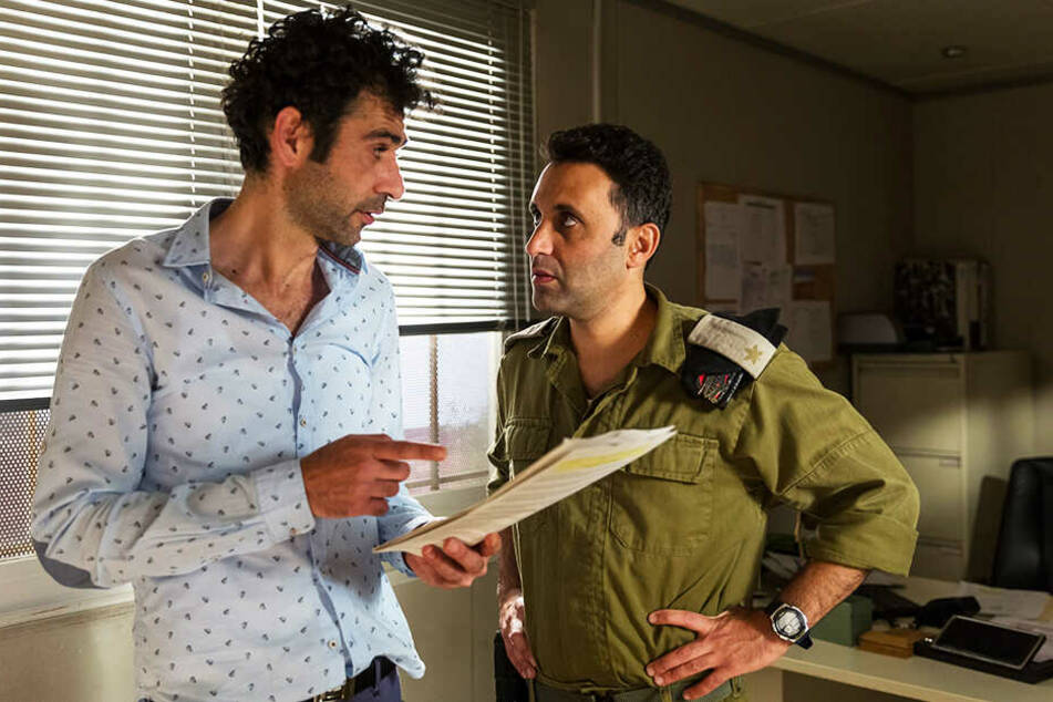 "Salam Abbass (l.Kais Nashif) geht mit Checkpoint-Kapitän Assi Tzur (Yaniv Biton) das Drehbuch zu ""Tel Aviv on Fire"" durch."
