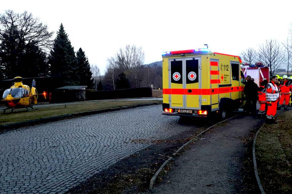 Die Rettungskräfte versorgen die Passagiere.