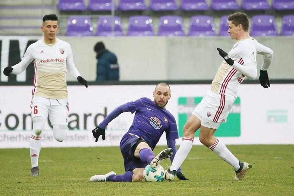 Oldie Christian Tiffert hatte gegen Ingolstadt die Ruhe weg, hier behauptet er den Ball gegen den Ingolstädter Maximilian Thalhammer..