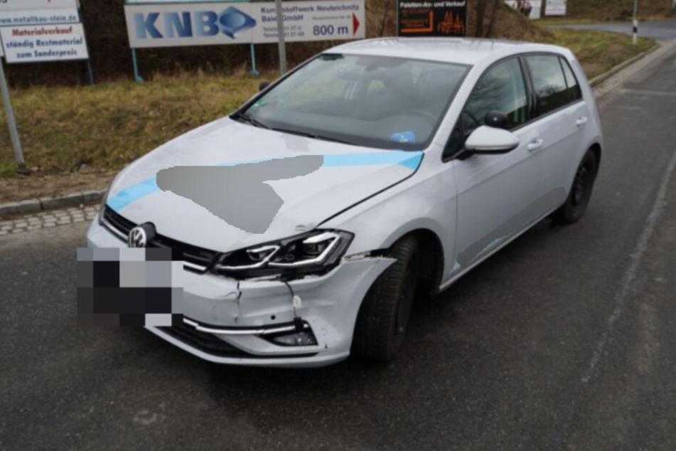 Blick auf den beschädigten Kotflügel des Fahrschulautos.