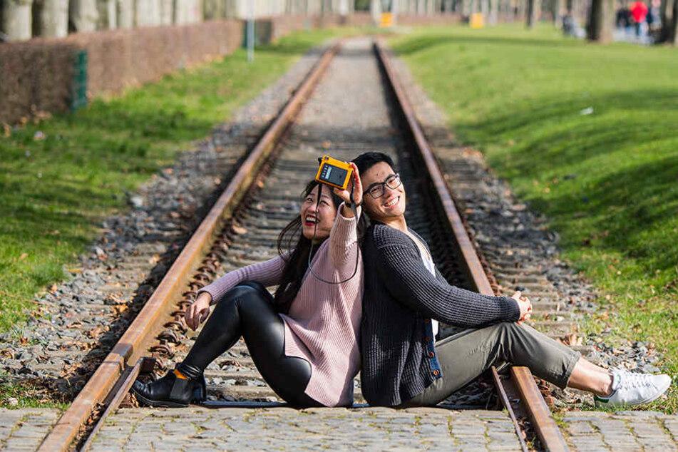 Am Dienstag erwischte die Polizei zwei Jugendliche und einen jungen Mann beim Fotografieren auf den Gleisen (Symbolbild).