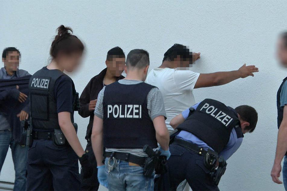 Die Polizei konnte mehrere Personen vor Ort festsetzen.