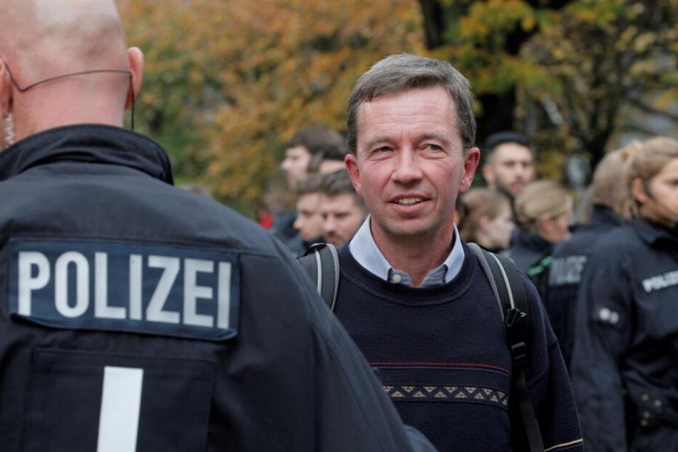 Bernd Lucke steht nach seiner verhinderten Antrittsvorlesung auf dem Campus.