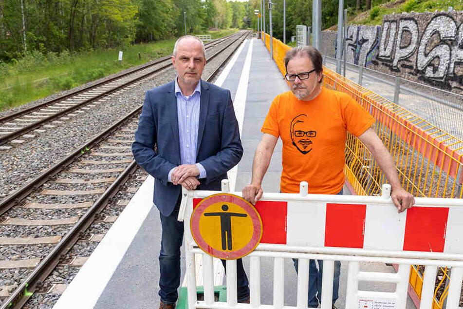 Wer mit der Bahn nach Leipzig will, muss ab Donnerstag viel laufen. Das monieren Detlef Müller (SPD, l.) und Frank Heinrich (CDU).