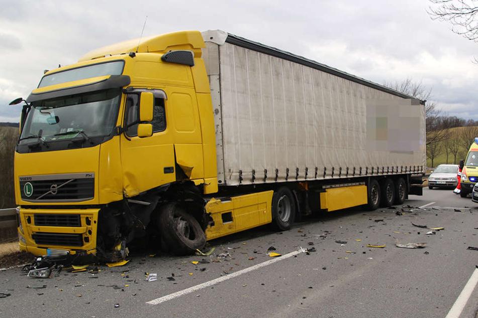 Die Achse wurde aus dem Laster herausgerissen.