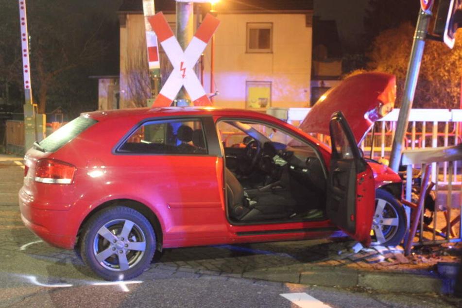 Die Kölnerin fuhr mit ihrem Auto in eine KVB-Haltestelle.